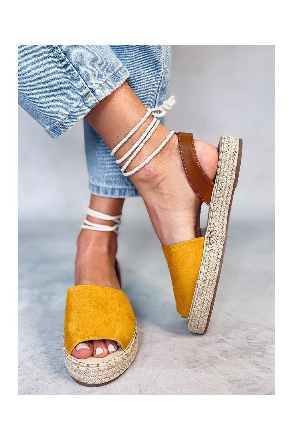 Dámske sandále s plochou podrážkou žlté na plochom podpätku LL908
