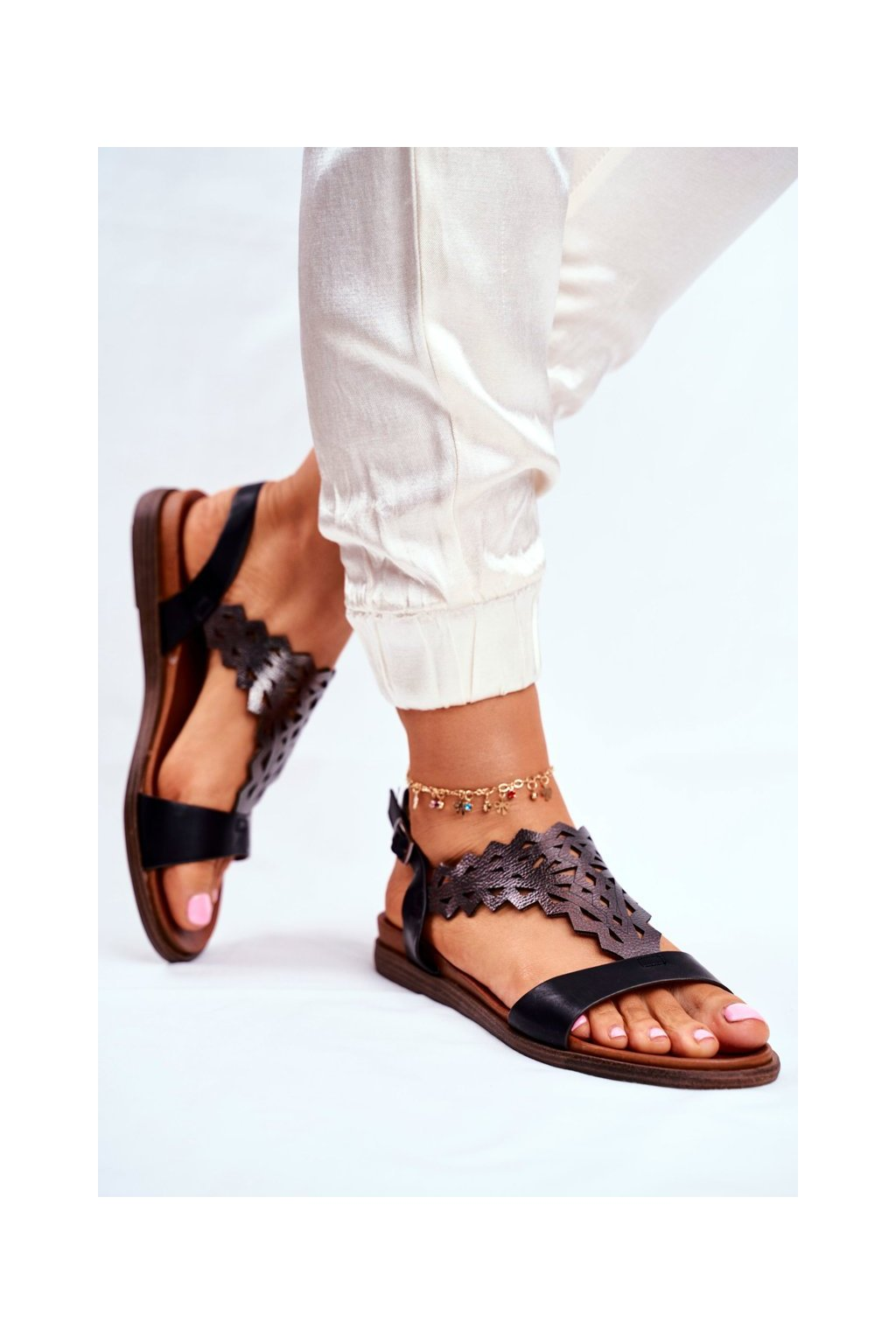 Dámske sandále s plochou podrážkou farba čierna kód obuvi SK035 BLK