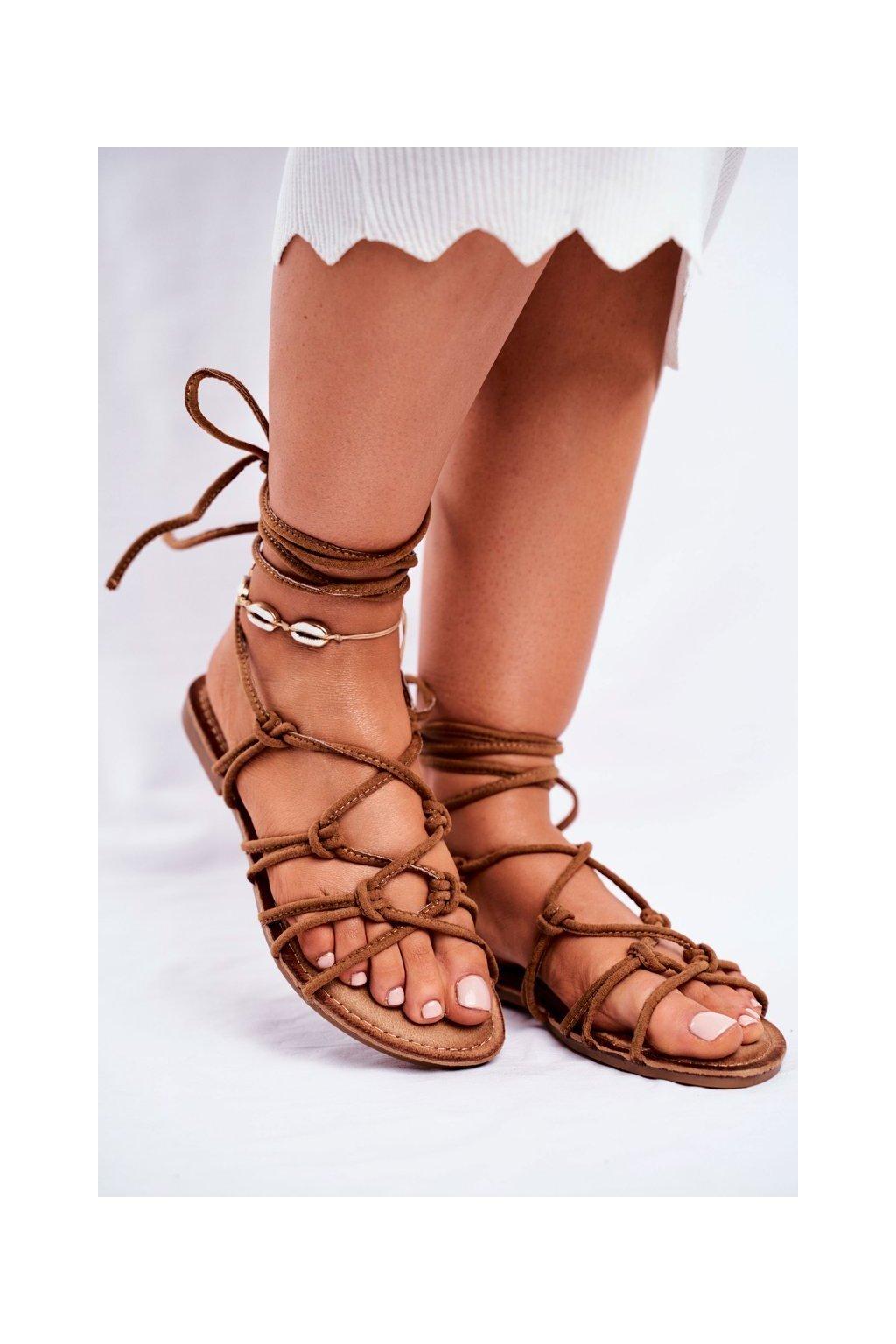 Dámske sandále s plochou podrážkou farba hnedá kód obuvi CK152 CAMEL