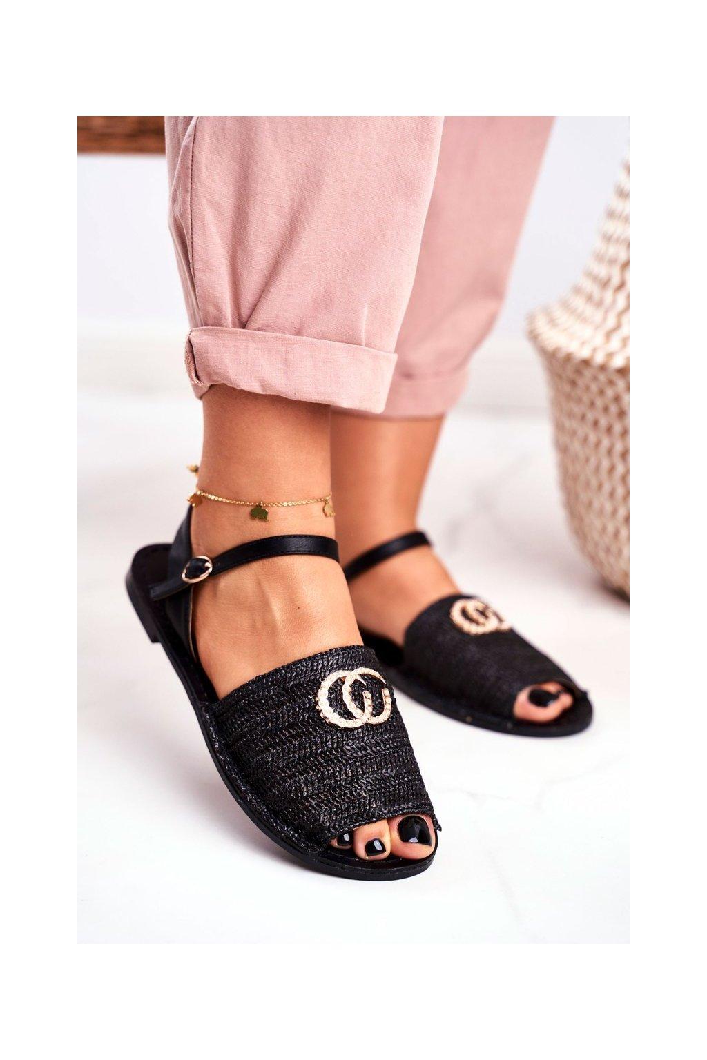 Dámske sandále s plochou podrážkou farba čierna kód obuvi 108-B8 BLK