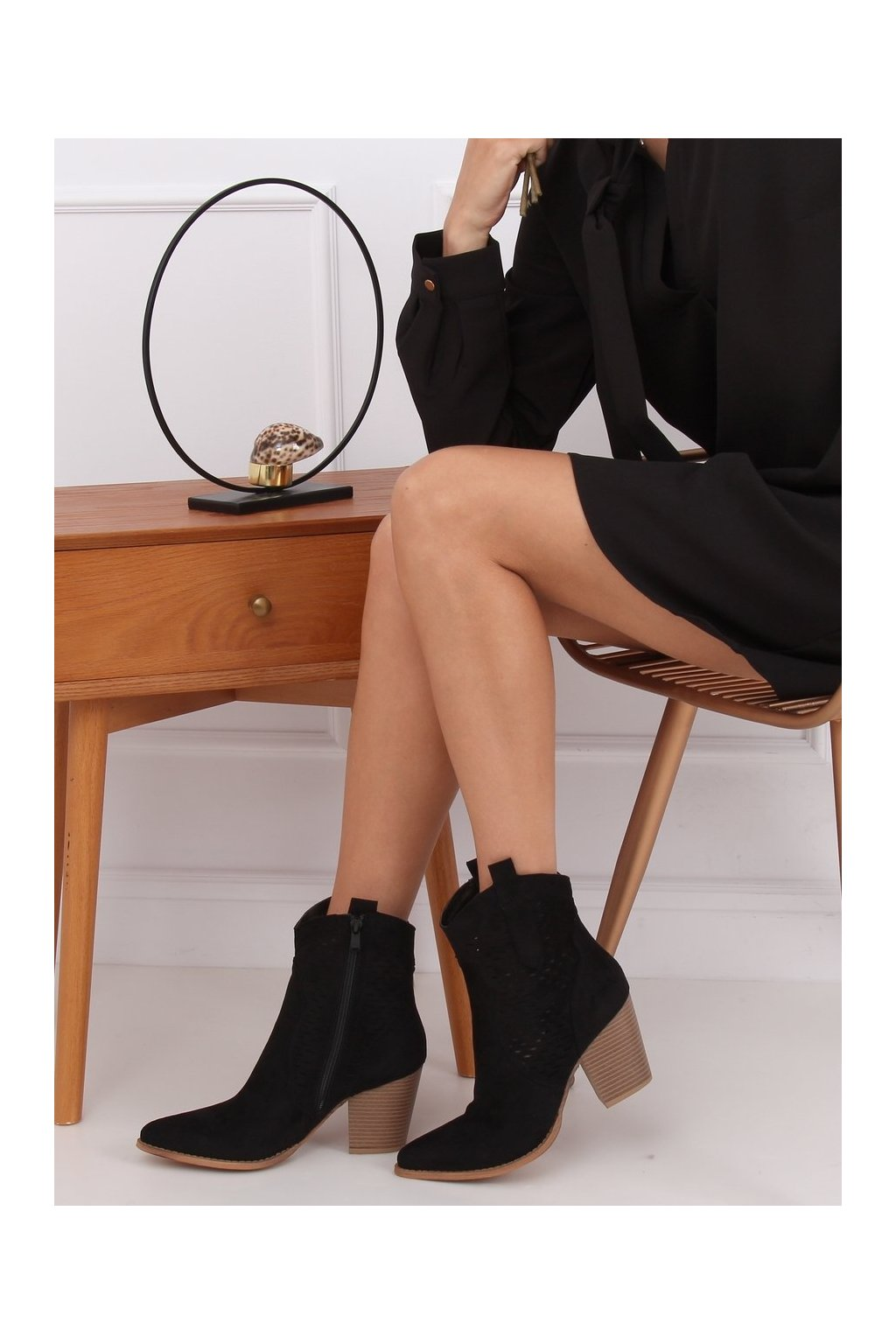 Dámske členkové topánky čierne na širokom podpätku ZE05P