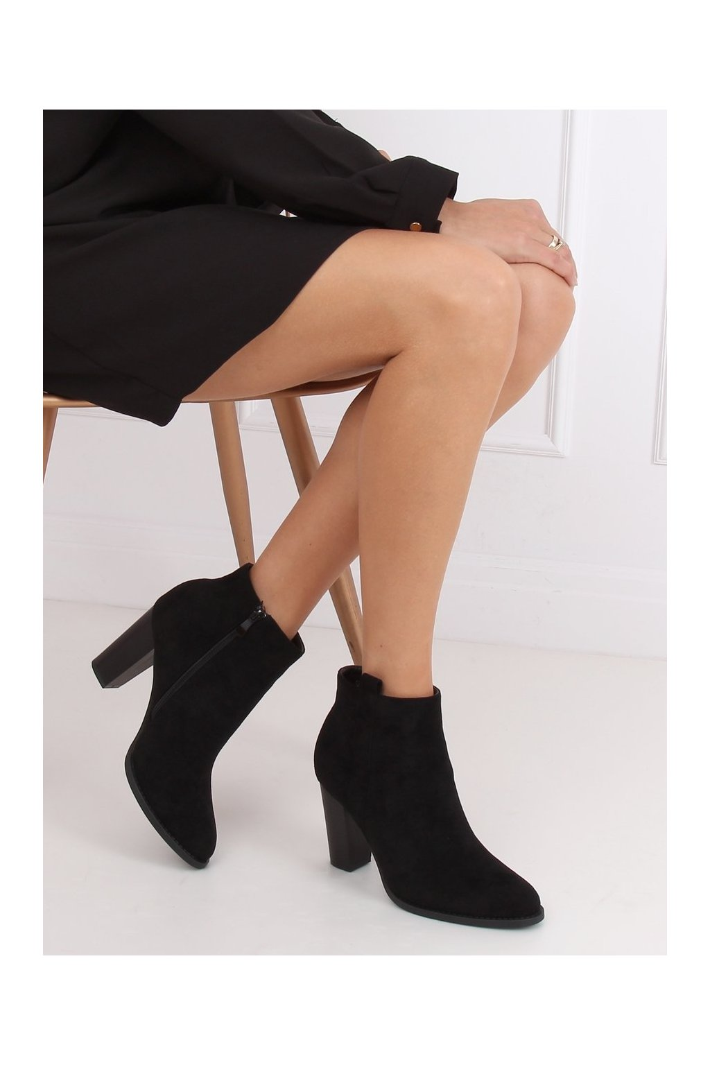 Dámske členkové topánky čierne na stĺpovom podpätku UK09P
