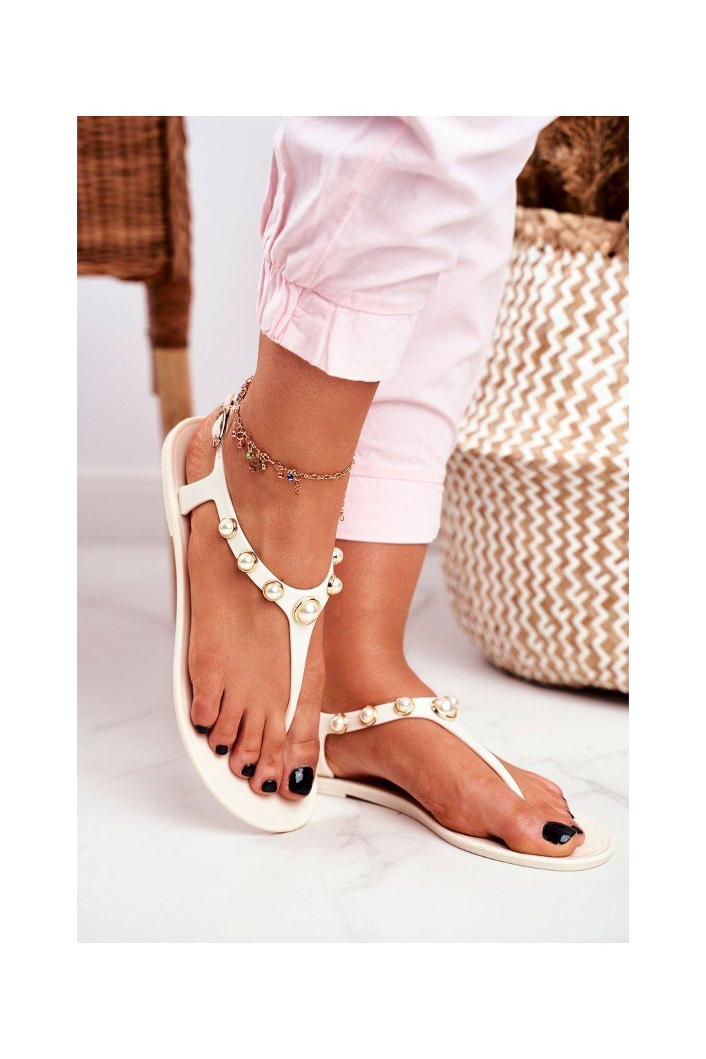 Dámske sandále s plochou podrážkou farba biela kód obuvi 668 WHITE