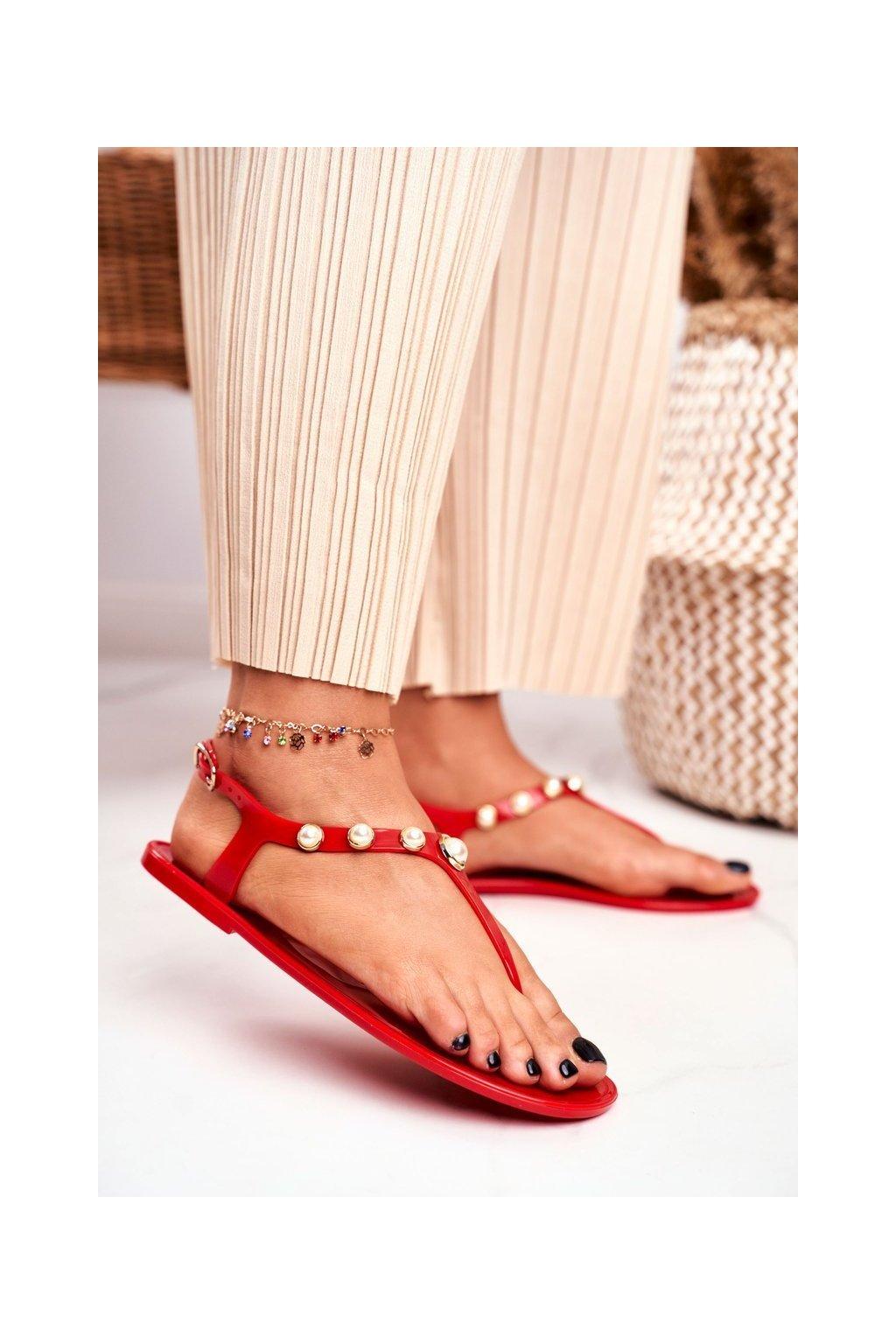 Dámske sandále s plochou podrážkou farba červená kód obuvi 668 RED
