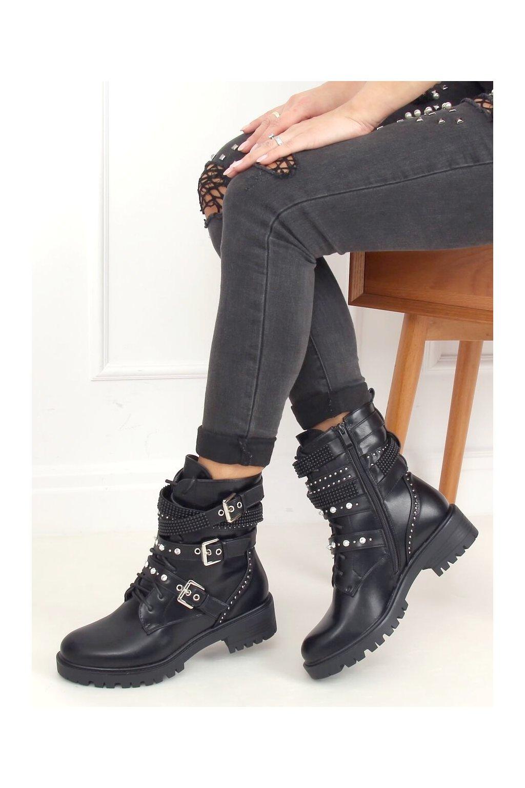 Dámske členkové topánky čierne na plochom podpätku NC1029