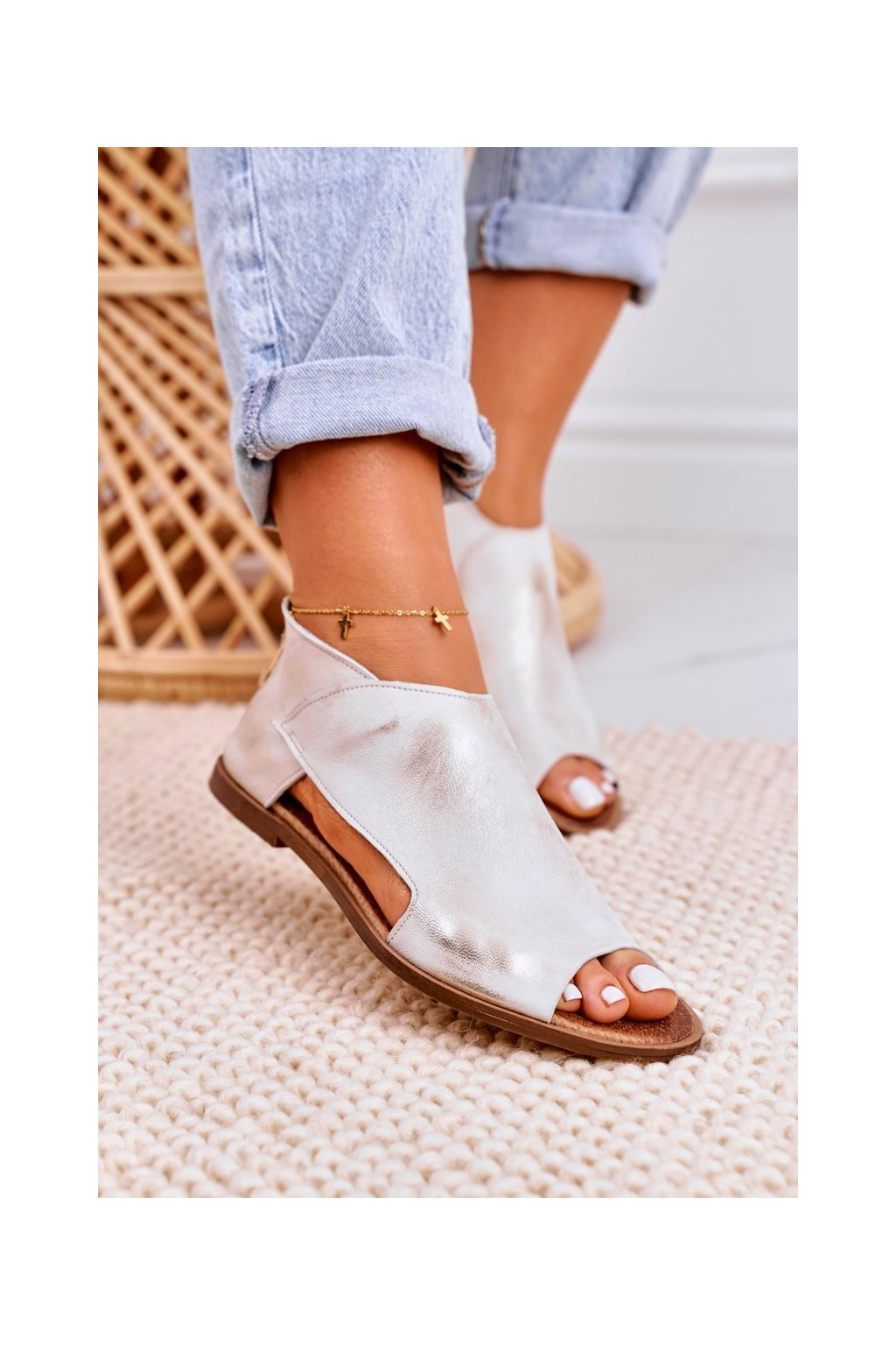Dámske sandále s plochou podrážkou farba biela kód obuvi 2622/004 WHITE METALIC