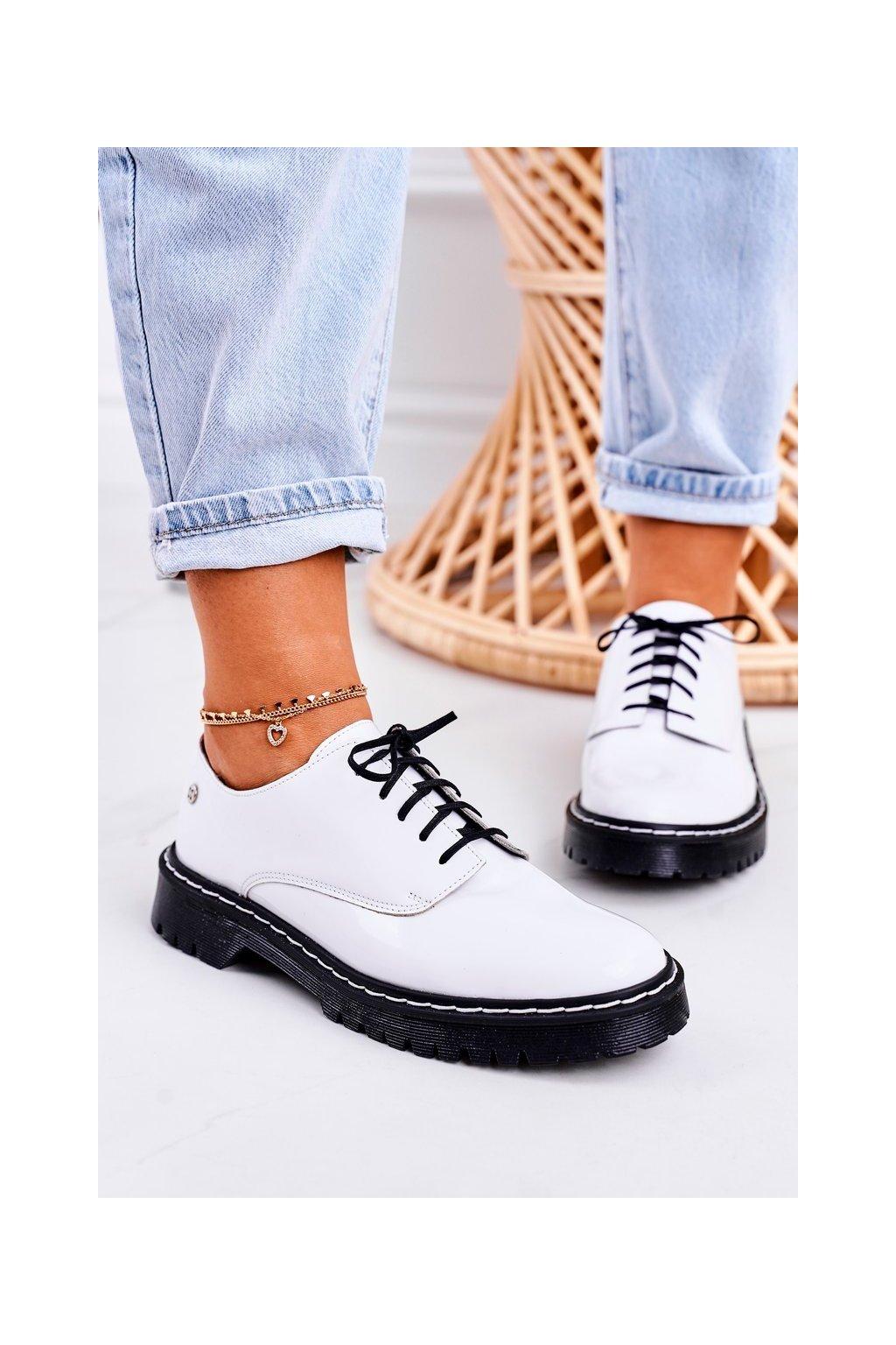 Dámske poltopánky farba čierna kód obuvi 04087-11/00-5 BIAŁY LAKIER