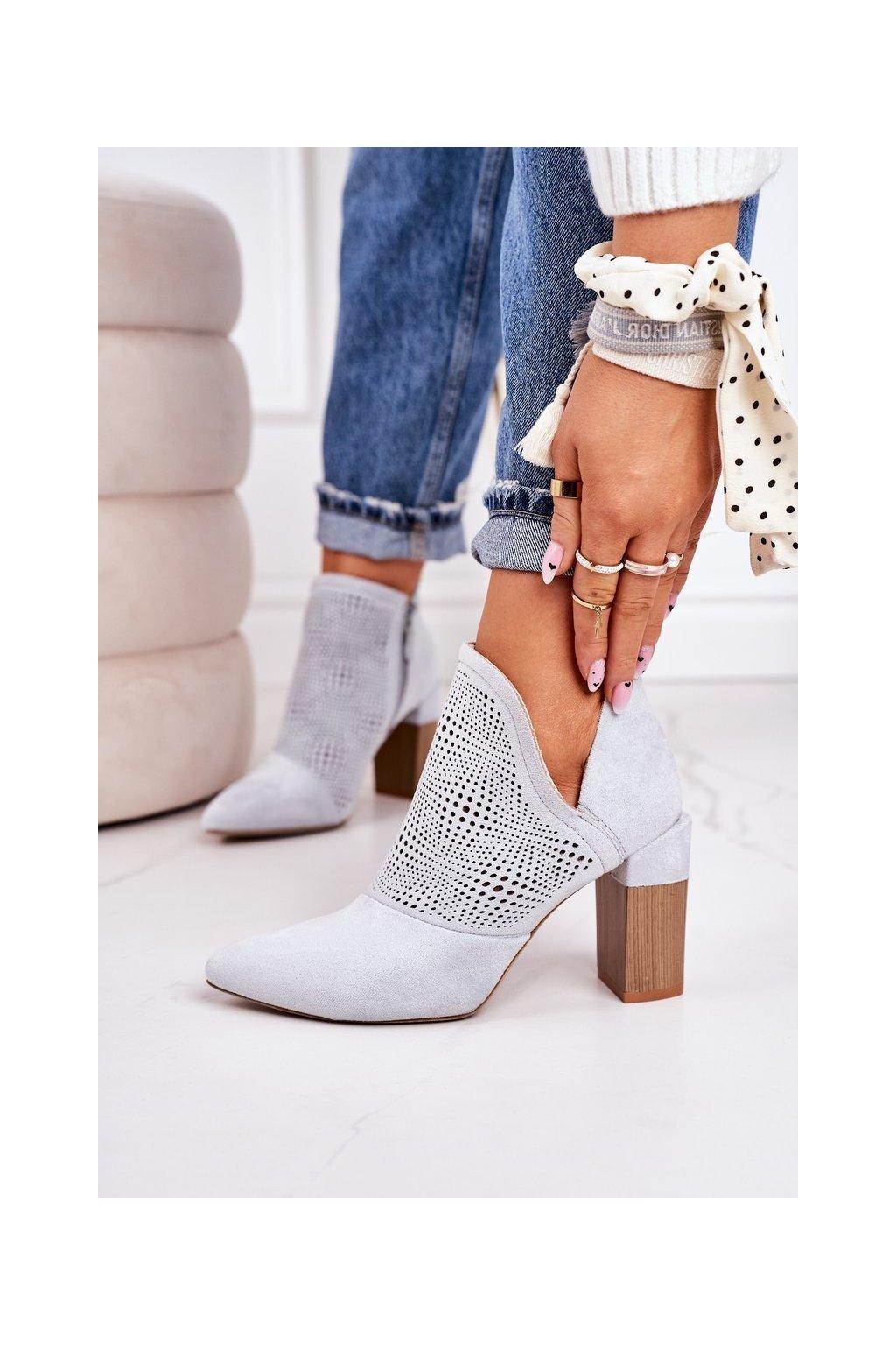 Členkové topánky na podpätku farba sivá kód obuvi A8802-6 LIGHT GREY