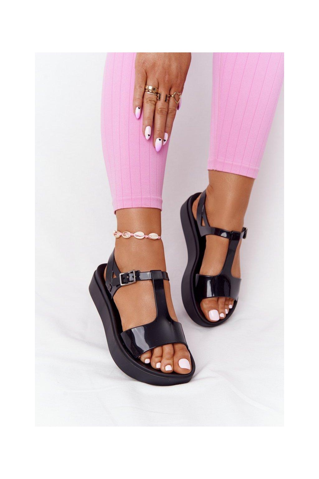 Dámske sandále s plochou podrážkou na platforme farba čierna kód obuvi HH285116 BLK