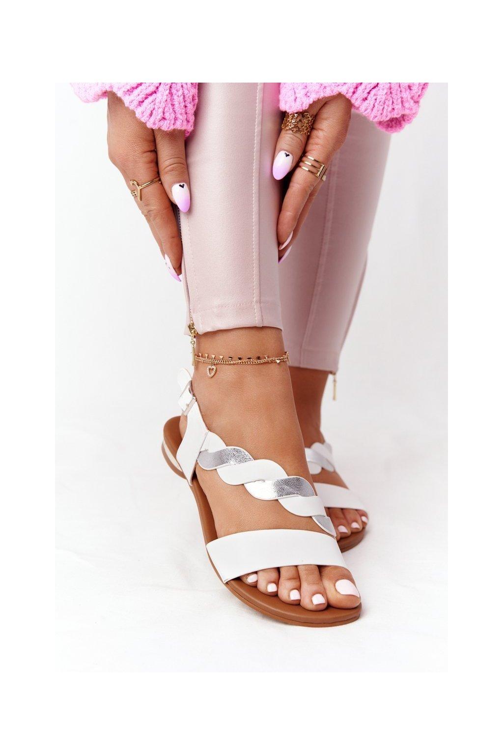 Dámske sandále s plochou podrážkou farba biela kód obuvi 21-17117 WHITE