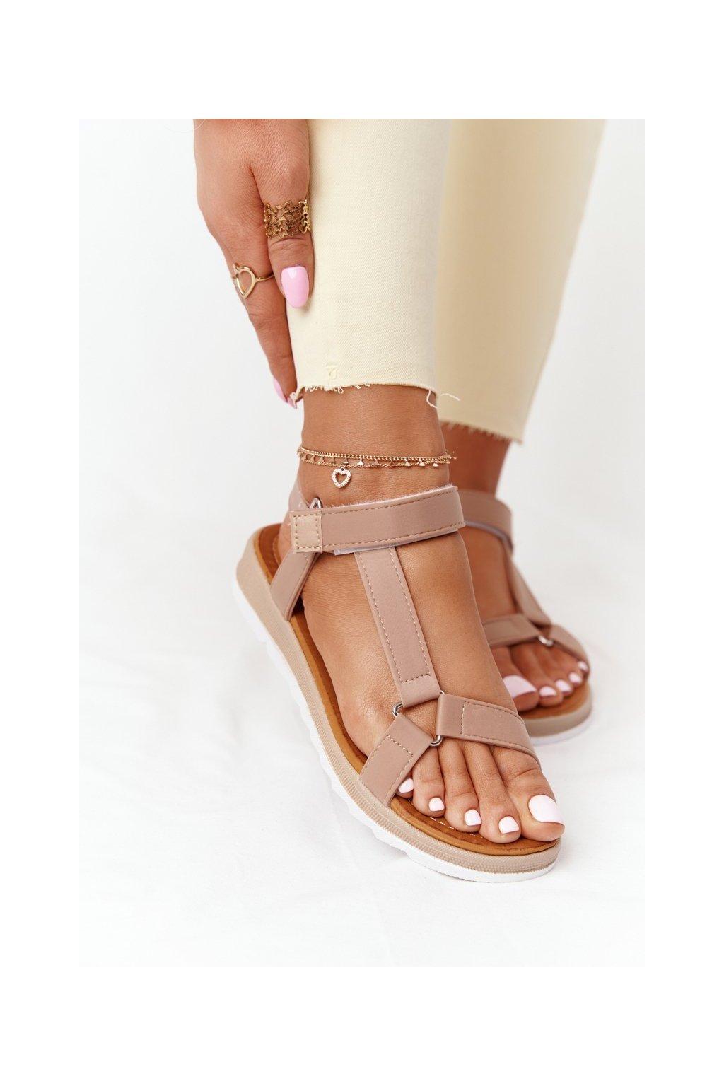 Dámske sandále s plochou podrážkou farba hnedá kód obuvi WS9027-41 KHAKI