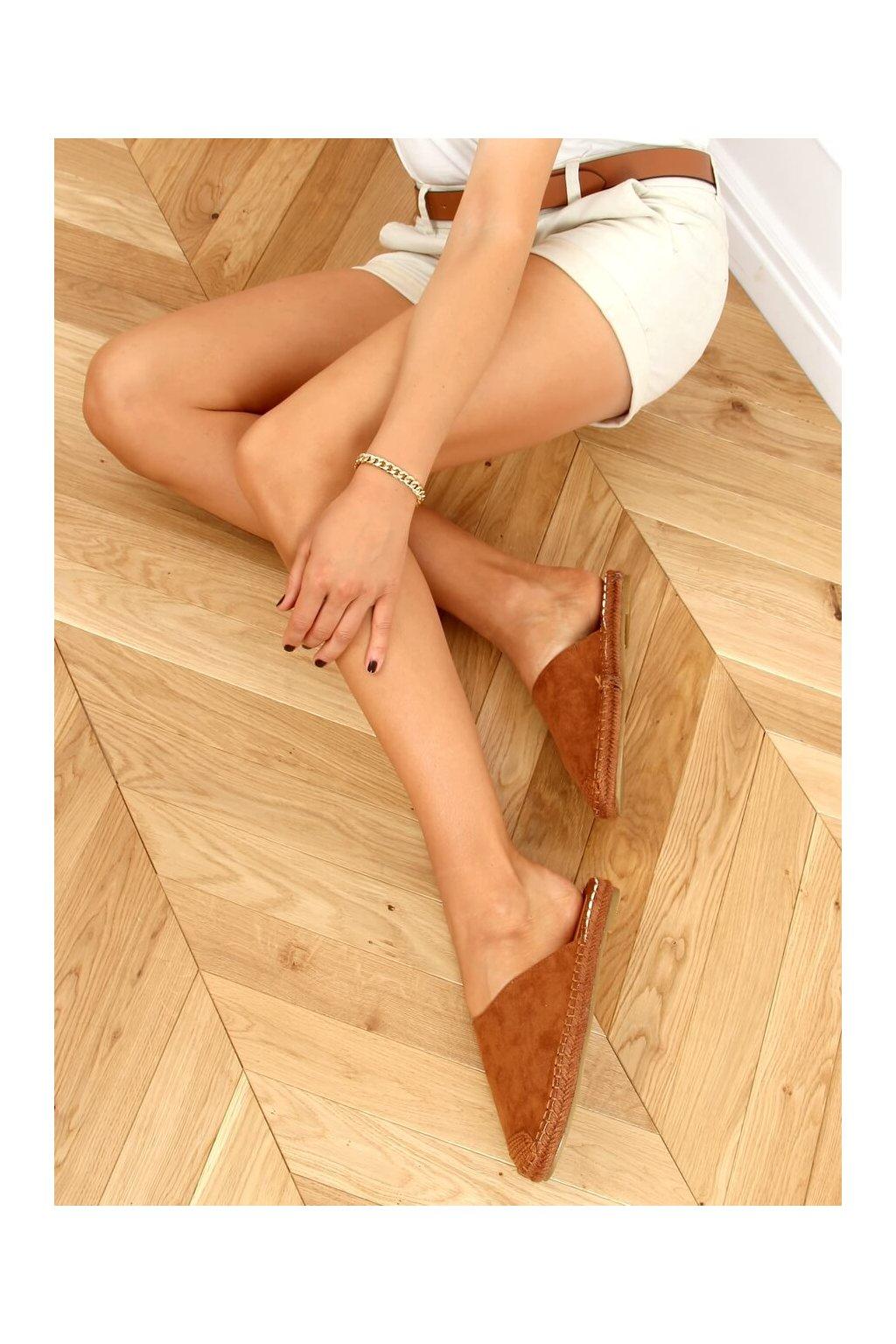 Dámske sandále s plochou podrážkou hnedé na plochom podpätku 3899