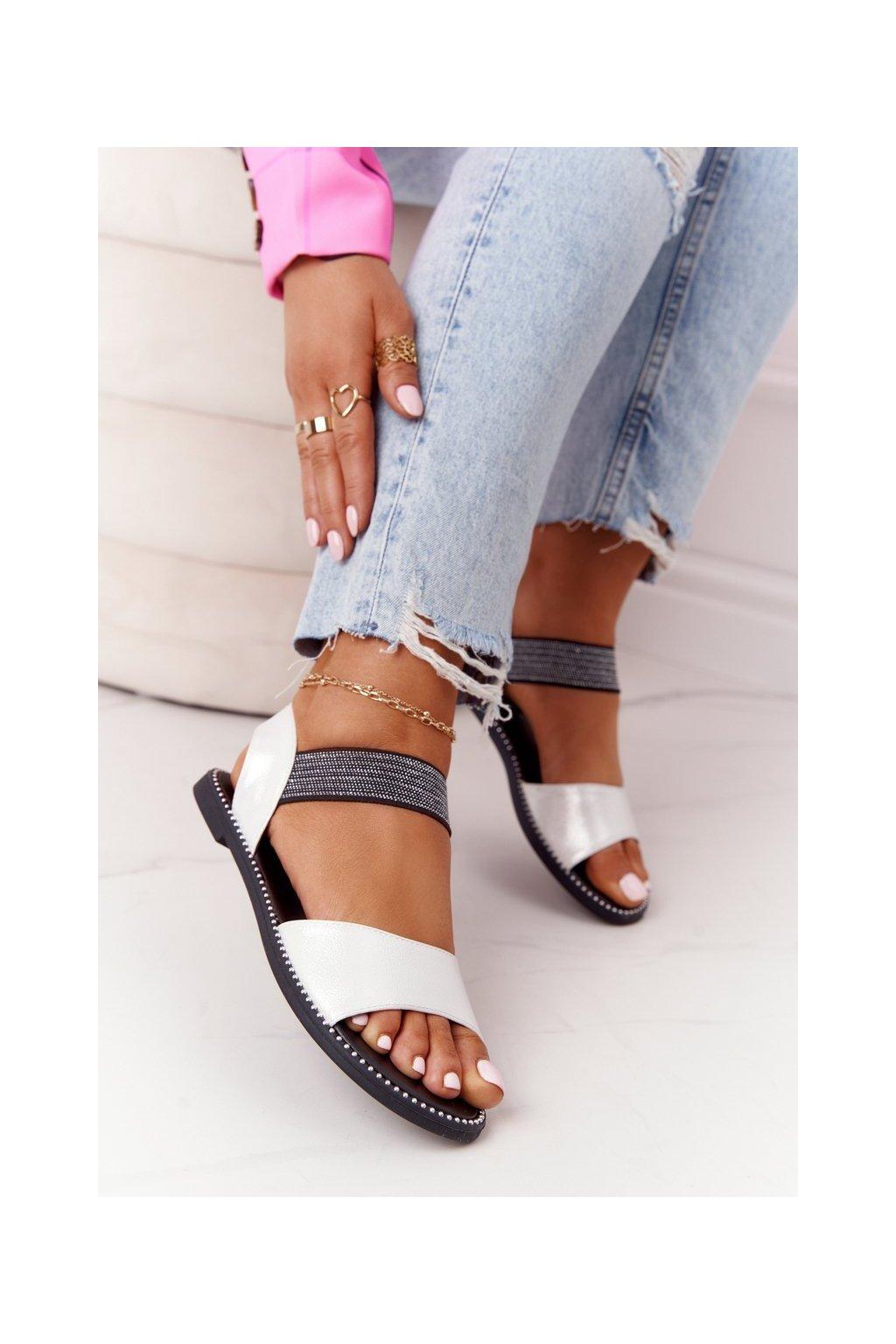 Dámske sandále s plochou podrážkou farba čierna kód obuvi 934-19 SILVER