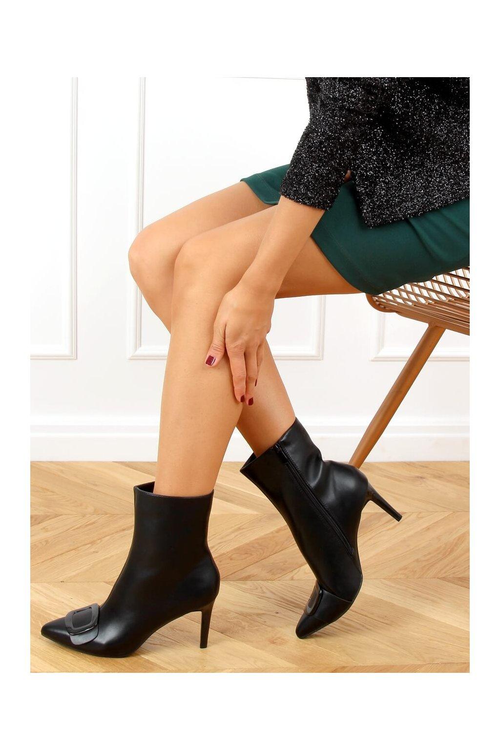 Dámske členkové topánky čierne na ihlovom podpätku UK65P
