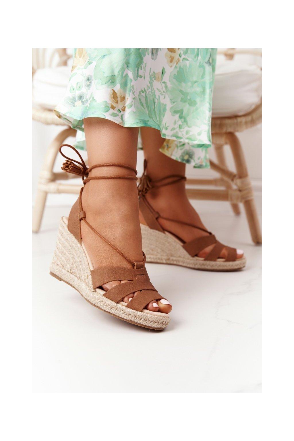 Dámske sandále na platforme farba hnedá kód obuvi AA274591 BROWN