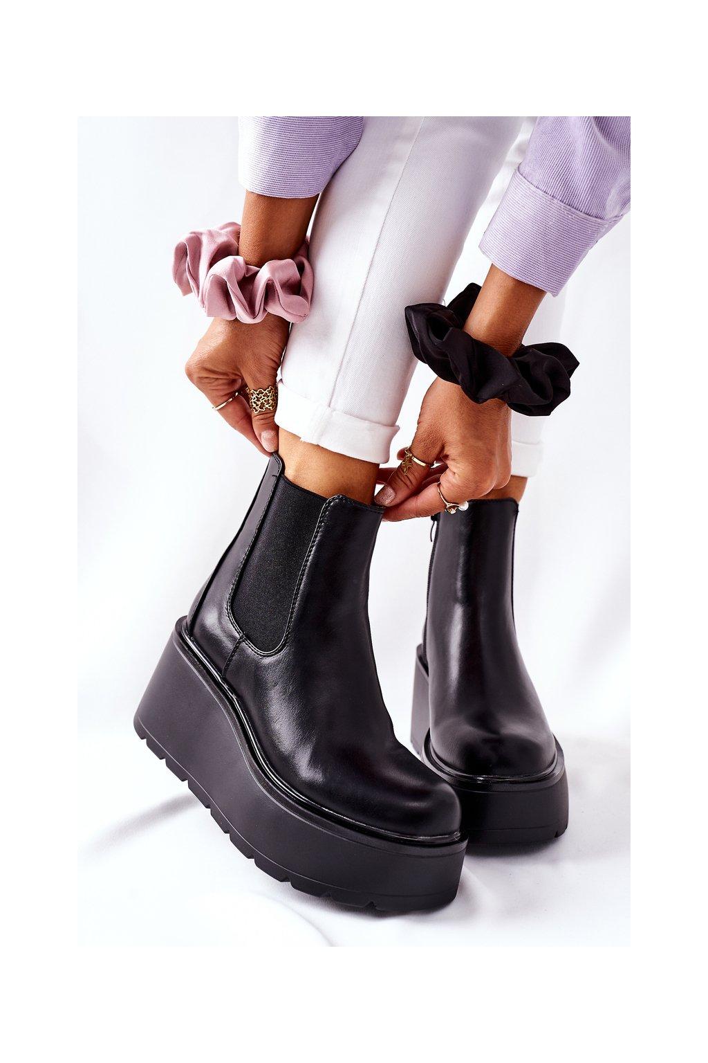 Členkové topánky na podpätku farba čierna kód obuvi QT22 BLK
