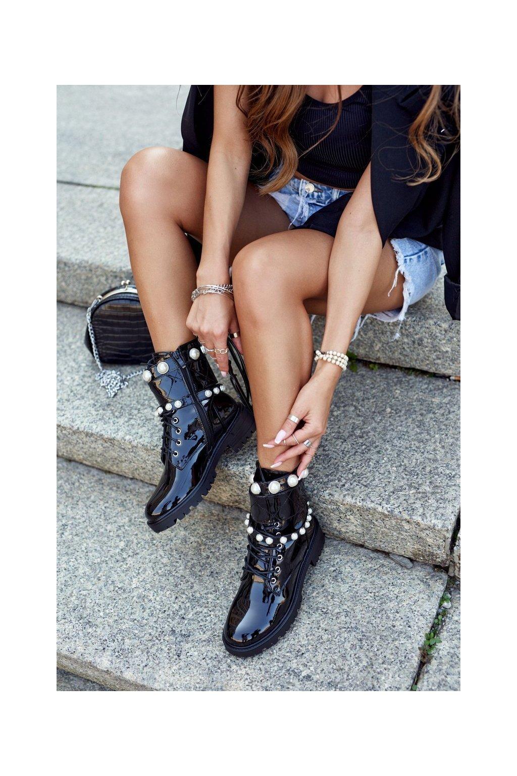 Členkové topánky na podpätku farba čierna kód obuvi NC1065 BLK