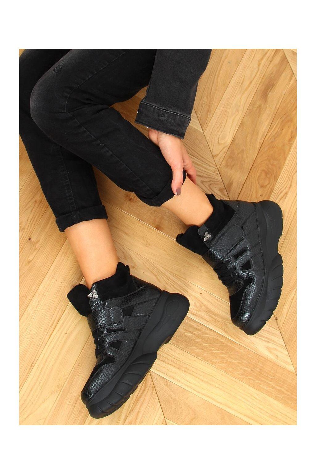 Dámske členkové topánky čierne na plochom podpätku KL-771