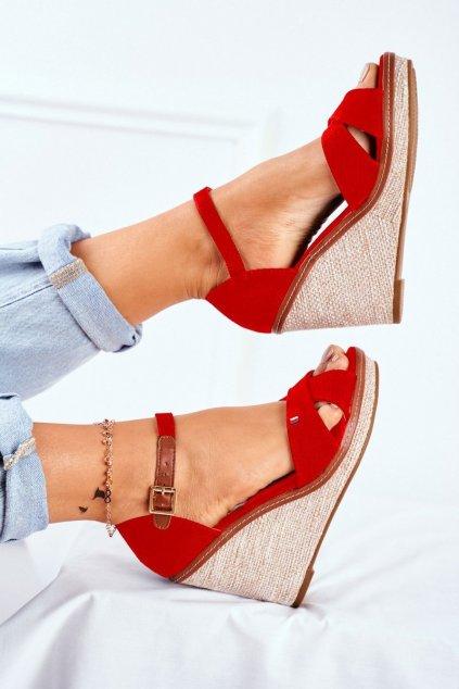 Dámske sandále na platforme farba červená kód obuvi R133P RED