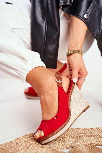 Dámske sandále na platforme farba červená kód obuvi R132 RED