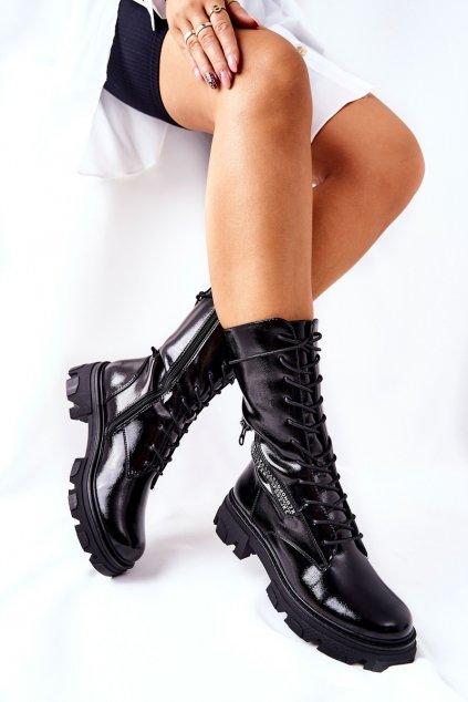 Členkové topánky na podpätku farba čierna kód obuvi TR747 BLK LAKIER