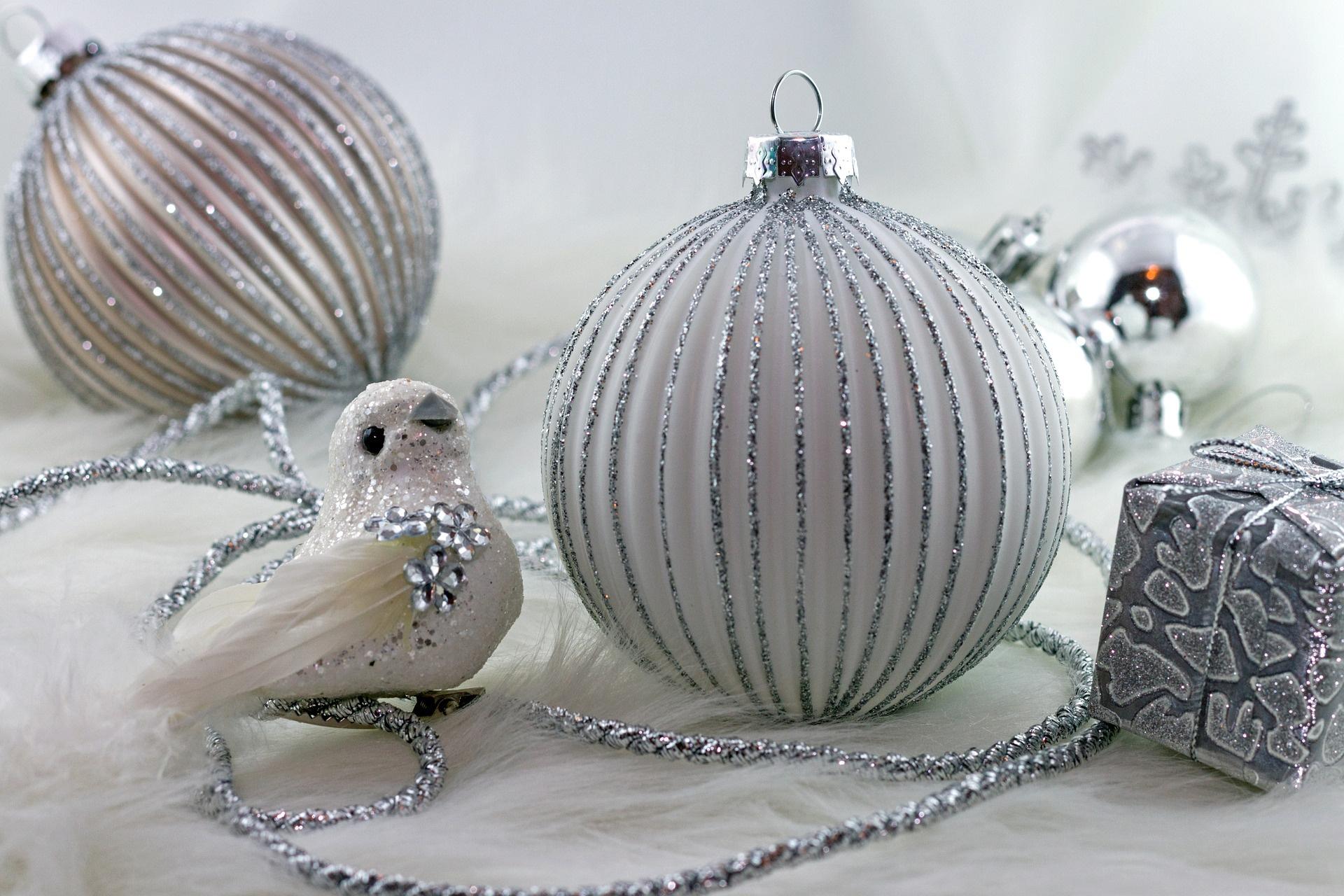 Jaké jsou trendy letošních Vánoc? Vede bílá a fialová!