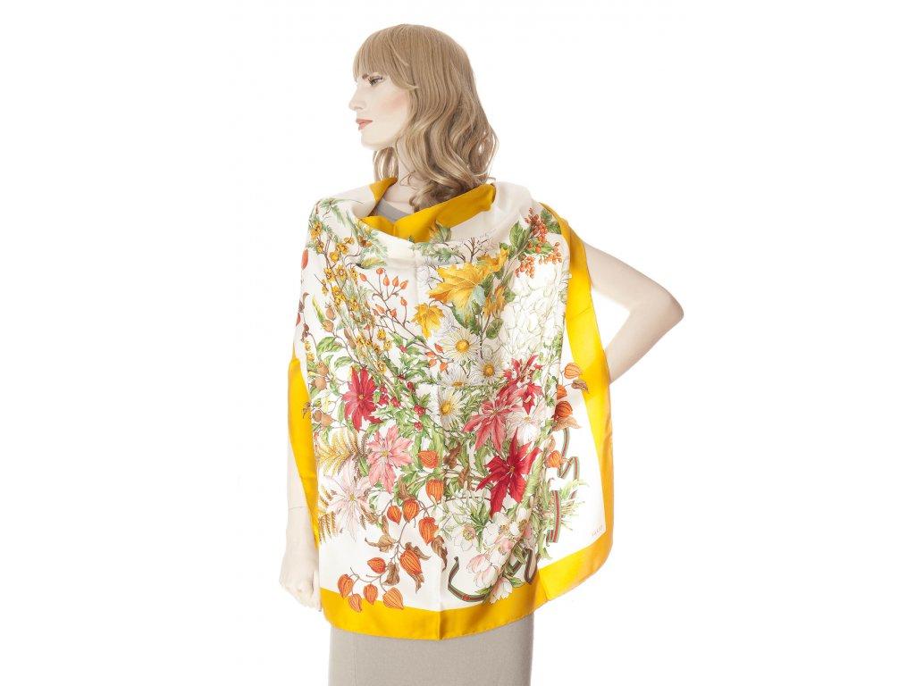 gucci krasny hedvabny satek s ikonickymi kvetinami 1