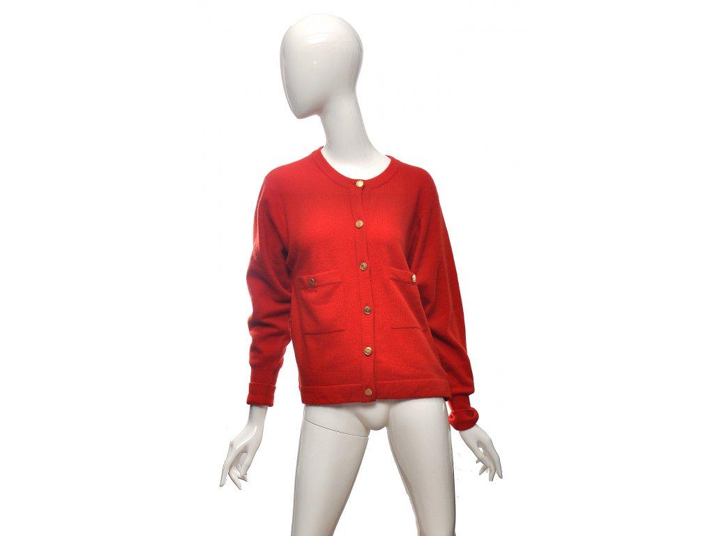 Červený kašmírový svetr zlaté knoflíky kabelky Chanel 38 1