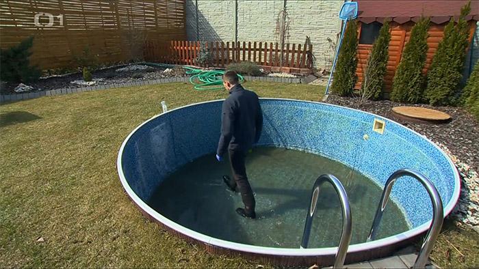 odstranění vodního kamene z bazénu