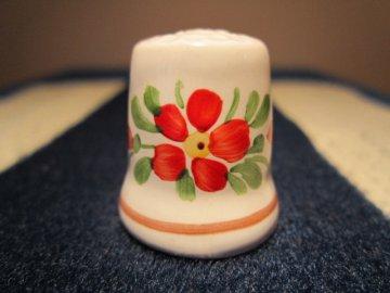 Sběratelský náprstek - Chodská keramika - s červeným květem, ruční výroba a malba