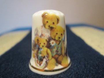 Sběratelský náprstek - Medvědí rodinka v parádních oblečcích, Gimbel and Sons