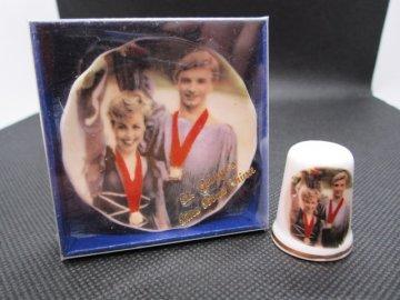 Sběratelský náprstek - Olympiáda 1984, Jugoslávie, Zlatá medaile v krasobruslení - s originálním talířkem o průměru 5,3 cm a originální krabičkou na talířek, St. George, England