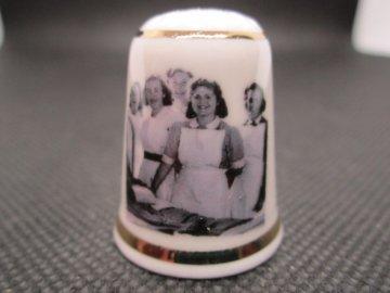 Sběratelský náprstek - TTG Národní zdravotní služba se zdravotními sestřičkami, 60. výročí