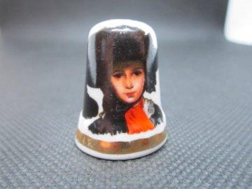Sběratelský náprstek - Baroko - dáma v černém klobouku, vlnkovaný, Finsbury England
