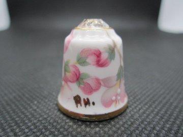 Sběratelský náprstek - TCC 3D Sutherland China England - Cherry Blossoms, se Swarovski krystalem 1986, podpis autora