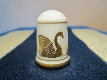 Sběratelský náprstek - WGPH Franklin Porcelain USA - gold swan, butterfly and roses