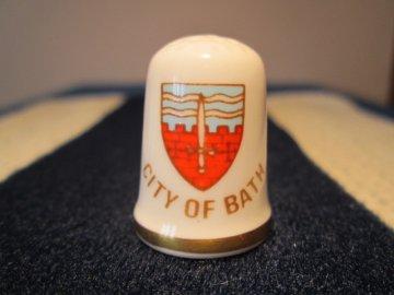 Sběratelský náprstek - Caverswall England - Anglie, City of Bath - lázně, se znakem