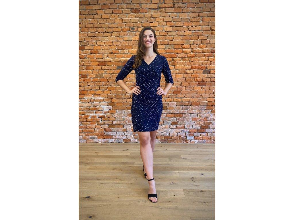 Modré šaty s puntíky