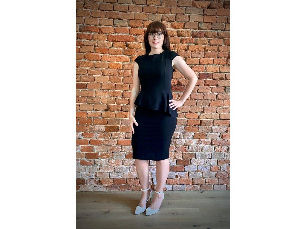 Černé šaty s volánkem
