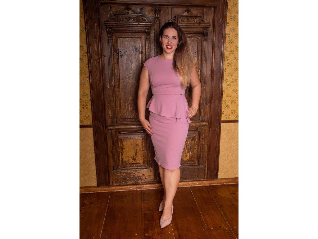 Růžové šaty s volánkem