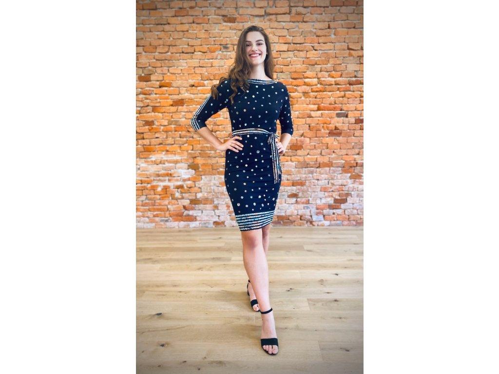 Modré šaty se vzorem