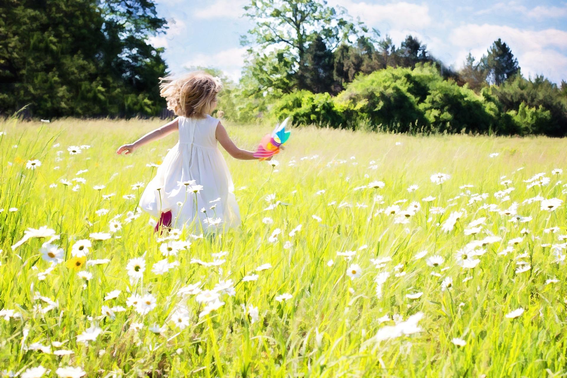 little-girl-running-795505_1920