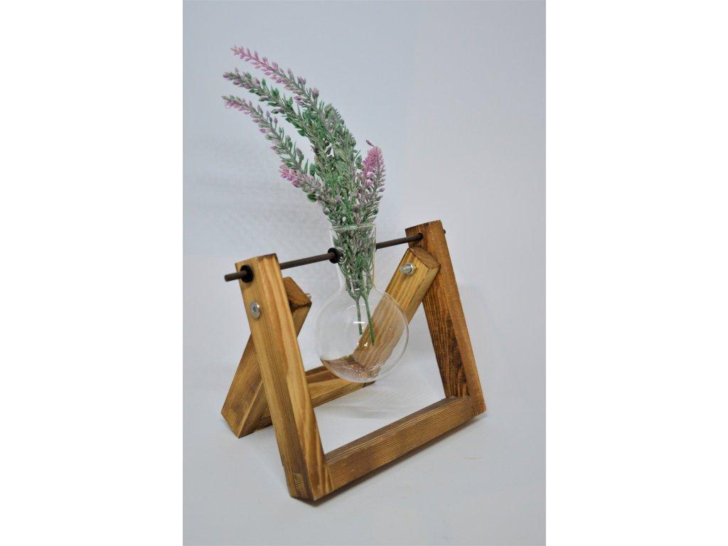 Skleněná váza v dřevěném stojanu