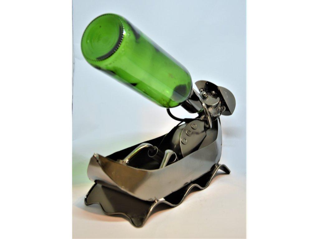 Kovový stojan na víno Rybář ve člunu/vodák