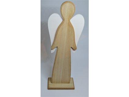 Vysoký dřevěný anděl s bílými křídly