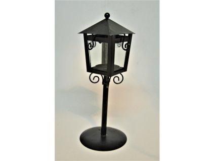 Černý svícen ve tvaru pouliční lampy