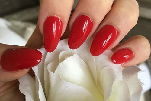 Červené gelové nehty