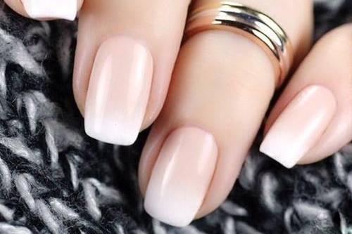 Bílé a mléčné gelové nehty a babyboomer
