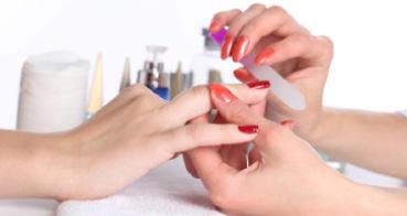 Pilování a broušení nehtů