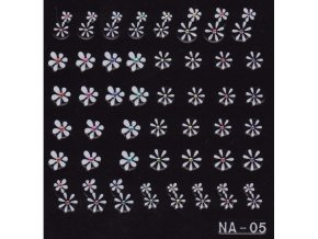 Jemné bílé květy s barevným kamínkem